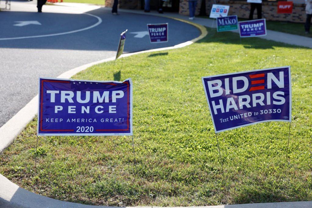 Carteles de campaña del presidente de Estados, Donald Trump, y de su rival, Joe Biden, en Cherryville, Pensilvania (Estados Unidos).RACHEL WISNIEWSKI / REUTERS (Reprodução do El País)