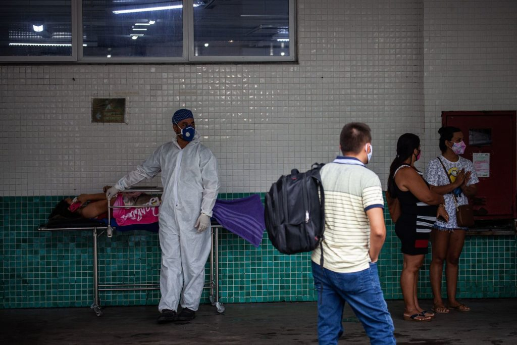 Un paciente espera atención médica en el Hospital 28 de Agosto, en Manaos (Brasil).RAPHAEL ALVES / EFE (Reprodução do El País)