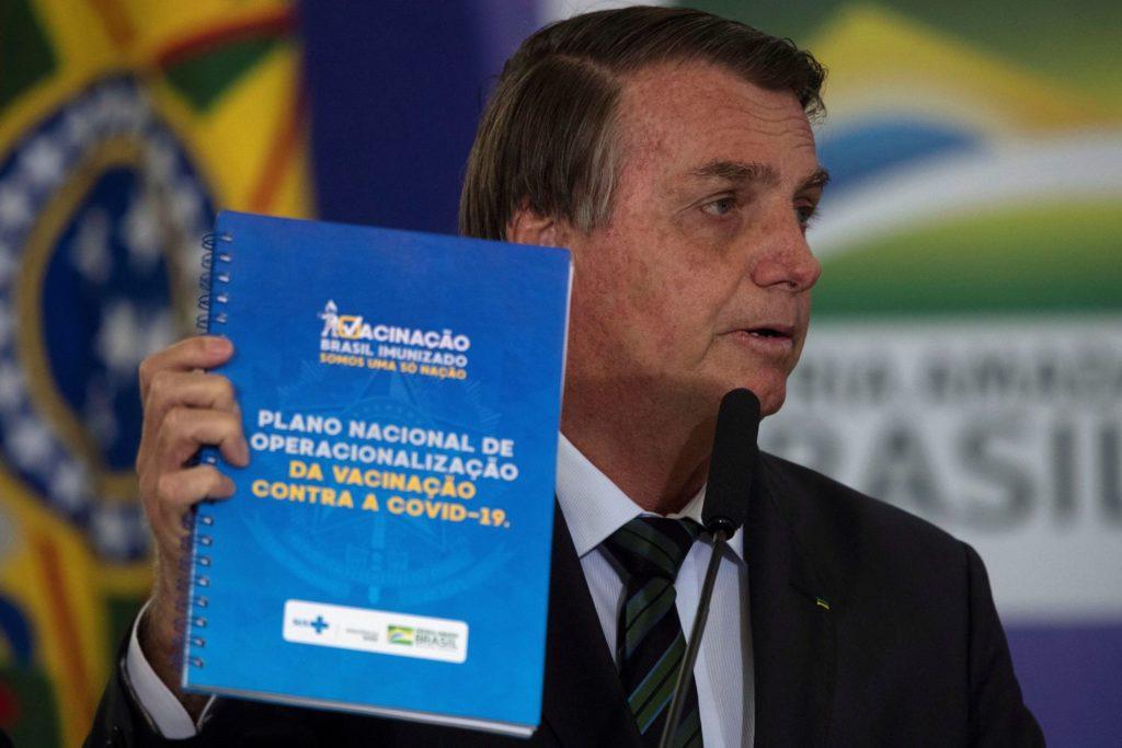 Jair Bolsonaro, durante la presentación del Plan Nacional de Vacunación contra la covid-19, en diciembre. JOÉDSON ALVES / EFE (Reprodução do El País)