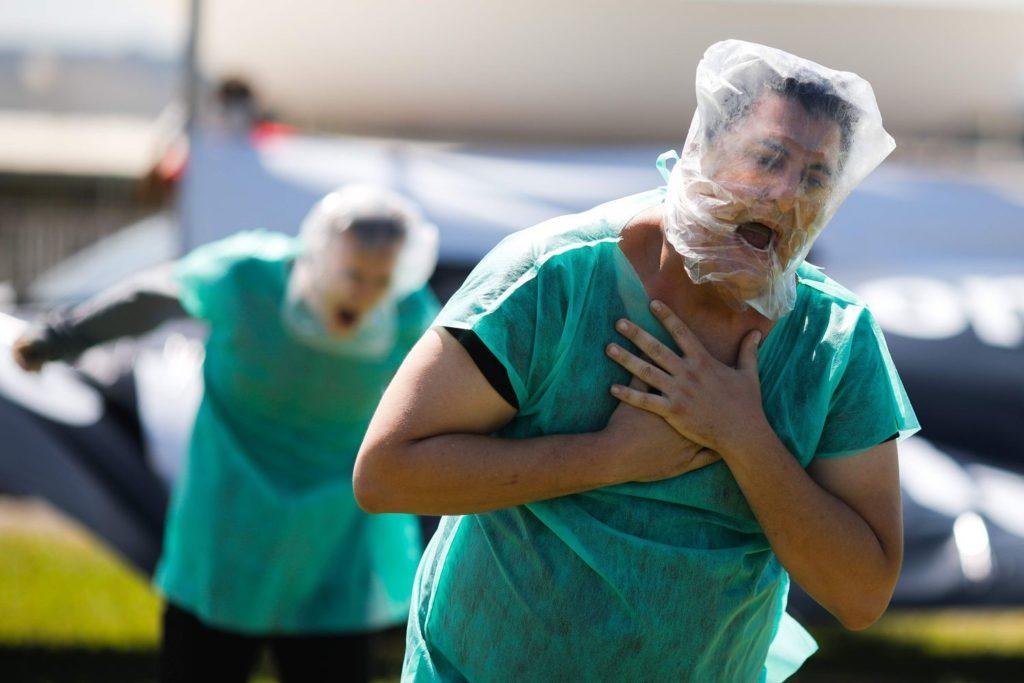 Manifestantes que representan a pacientes sin oxígeno participan en una protesta contra el presidente brasileño, Jair Bolsonaro, y su gestión de la pandemia, en Brasilia (Brasil), el pasado 31 de enero. SERGIO LIMA / AFP (Reprodução do El País)