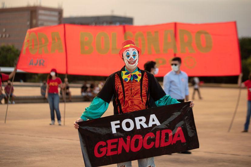 Manifestantes protestan contra el Gobierno del presidente de Brasil, Jair Bolsonaro, el pasado 31 de marzo en Brasilia (Brasil).JOEDSON ALVES / EFE (Reprodução do El País)