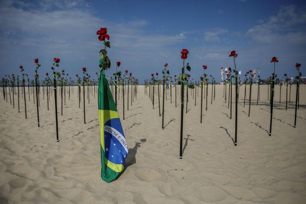 """Centenares de rosas rojas fueron """"plantadas"""" en memoria de las 500.000 personas fallecidas por la covid-19 en Brasil este martes en la emblemática playa de Copacabana, en Río de Janeiro (Brasil). ANTONIO LACERDA / EFE (Reprodução do El País)"""