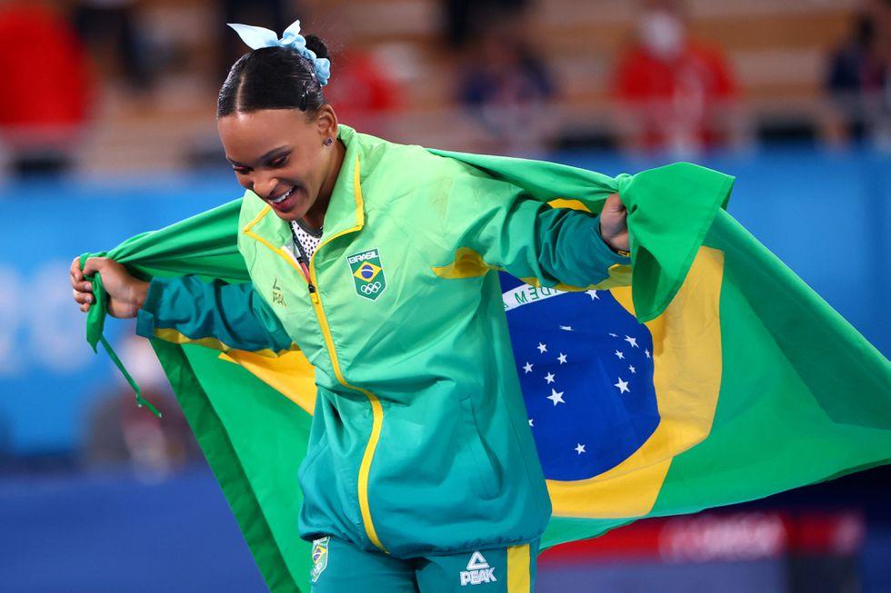 A ginasta Rebeca Andrade depois de receber a medalha de ouro em Tóquio. LINDSEY WASSON / REUTERS (Reprodução do El País)