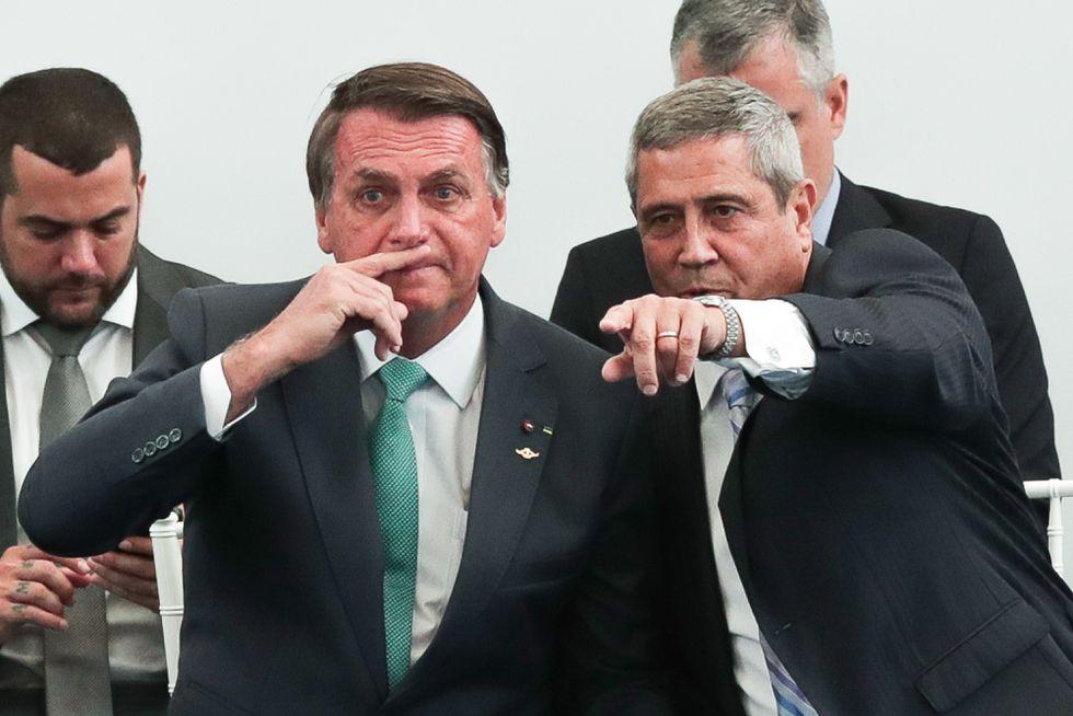 Bolsonaro conversa com o ministro da Defesa, general Braga Netto em evento no Rio de Janeiro EFE/ André Coelho (Reprodução do El País)