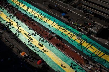 Faixa na avenida Paulista pede o impeachment de Jair Bolsonaro durante o protesto do último domingo, na avenida Paulista. FERNANDO BIZERRA / EFE (Reprodução do El País)