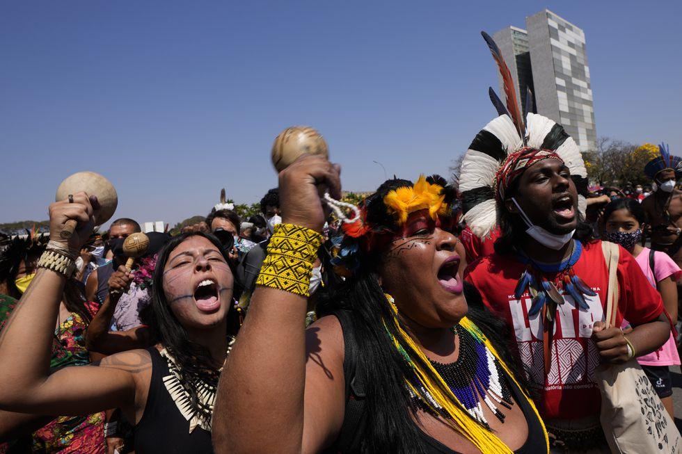 """Manifestantes indígenas gritan """"Fuera Bolsonaro"""", en referencia al presidente Jair Bolsonaro, frente al Palacio de Planalto en Brasilia, Brasil, el pasado 27 de agosto. ERALDO PERES / AP (Reprodução do El País)"""